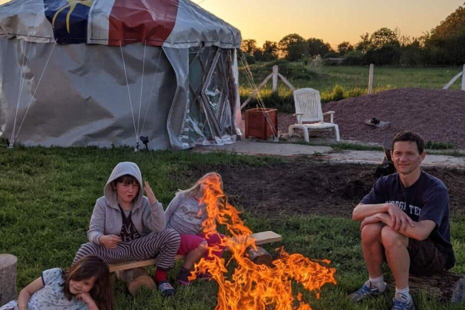 Yourte recup avec famille et feu de bois