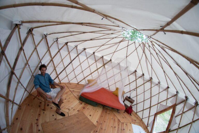 Intérieur de la yourte (treillis en bambou)